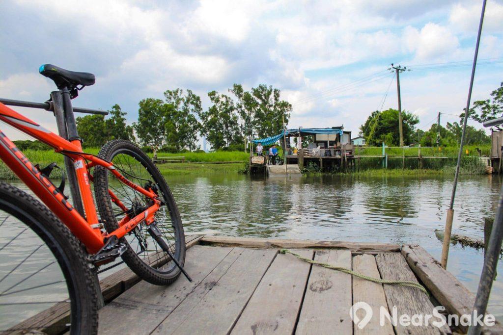 山貝河其實只有十數米闊,但單車可以帶上船,也算方便。