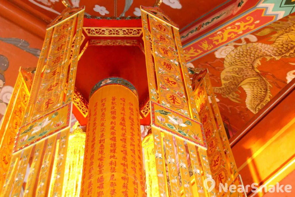 寺廟內的裝潢設計極為細緻。