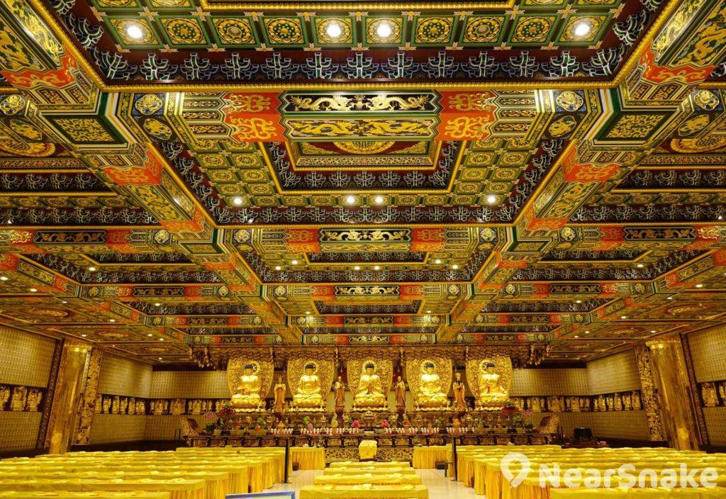 萬佛寶殿內供奉逾萬尊佛像,裝潢金碧輝煌。