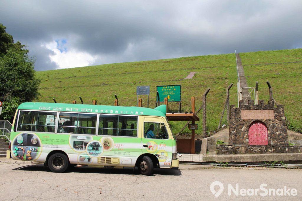 小巴站下車後,可選擇向右還是向左走,最終還是繞一圈回到原點。