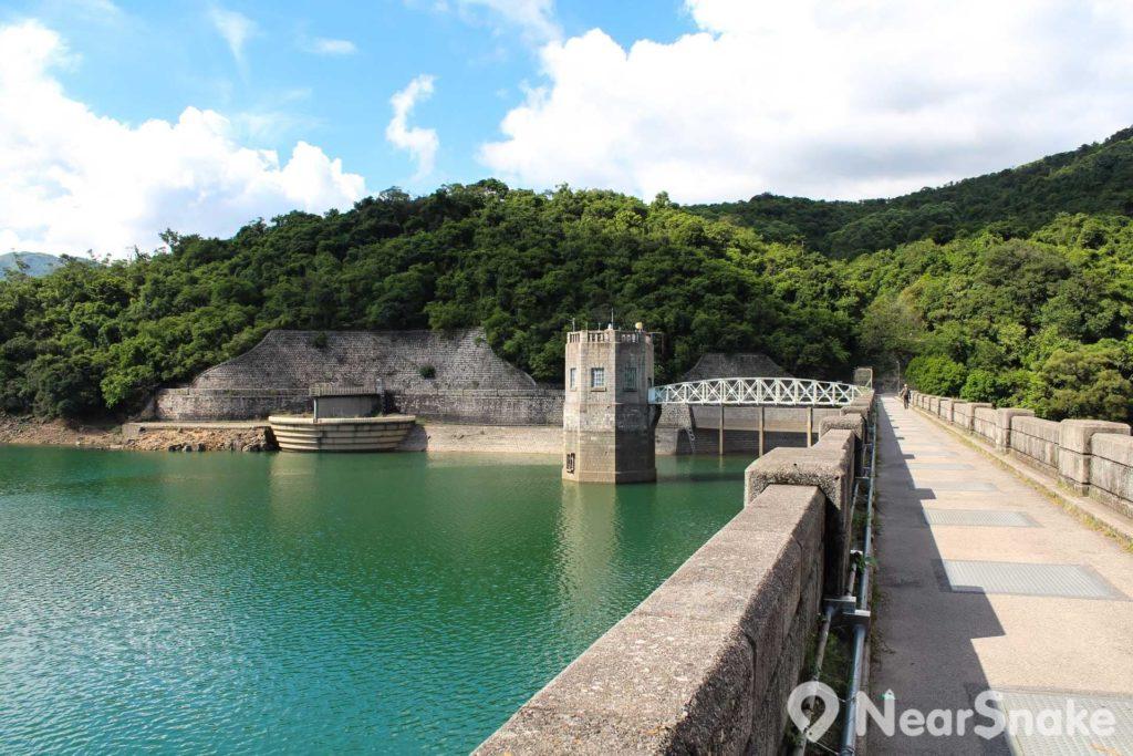 主壩上可近距離欣賞鐵橋和水掣塔,以及似是深不見底的鐘形溢流口。