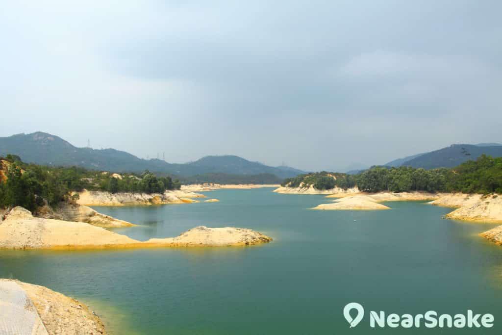 大欖涌水塘內的小島原本是山谷內的一座座丘陵,被水淹沒後,露出頂部,形成所稱的迷你千島湖。