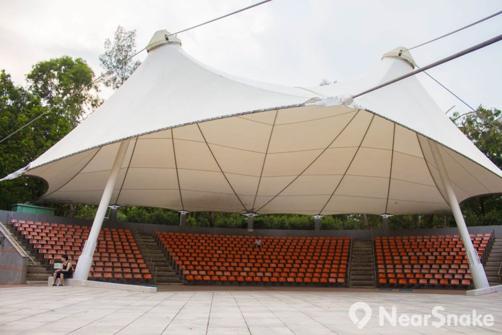大埔海濱公園露天劇場擁有 600 個座位及帳篷。