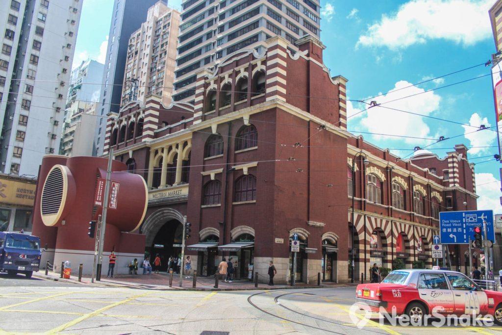 西港城古典優雅的外形在熙來攘往的上環街道上份外顯眼。