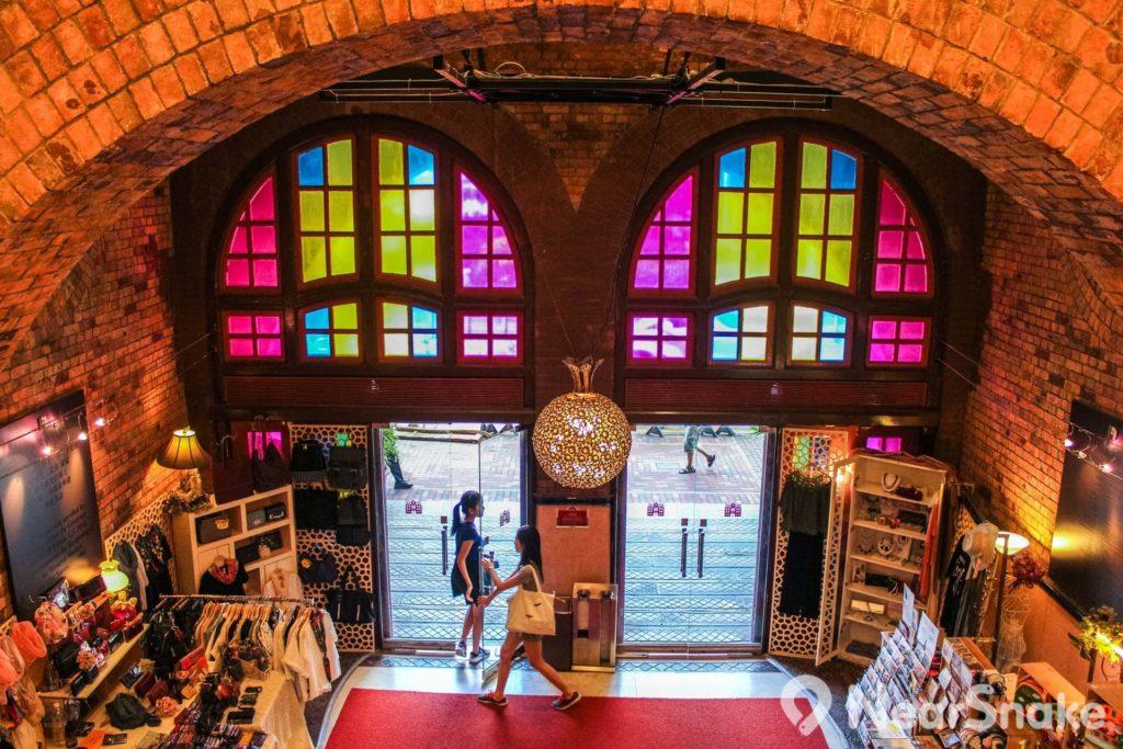 西港城底層入口有大型圓拱,相當古典優雅。