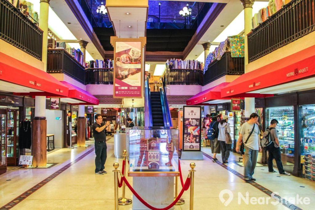 西港城人流不算多,大多是到此一遊的遊客。