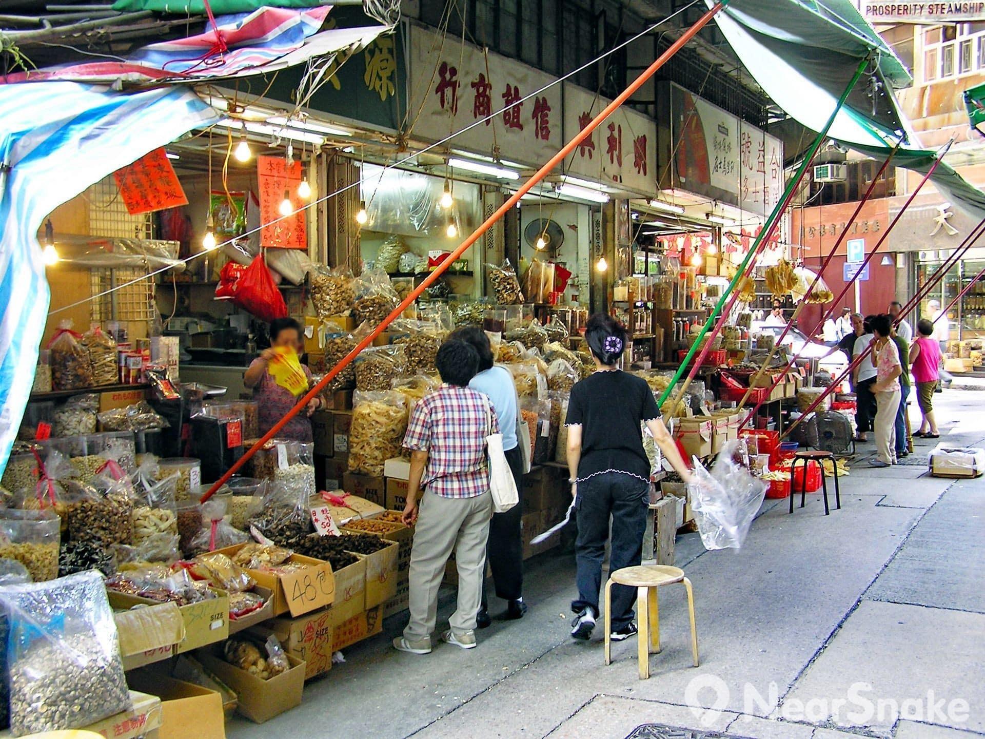 海味街上的海味藥材都像是雜貨般被堆放在商舖門前,不過看看價錢牌,貨品定價可以是幾百、甚至上千元一斤喔!