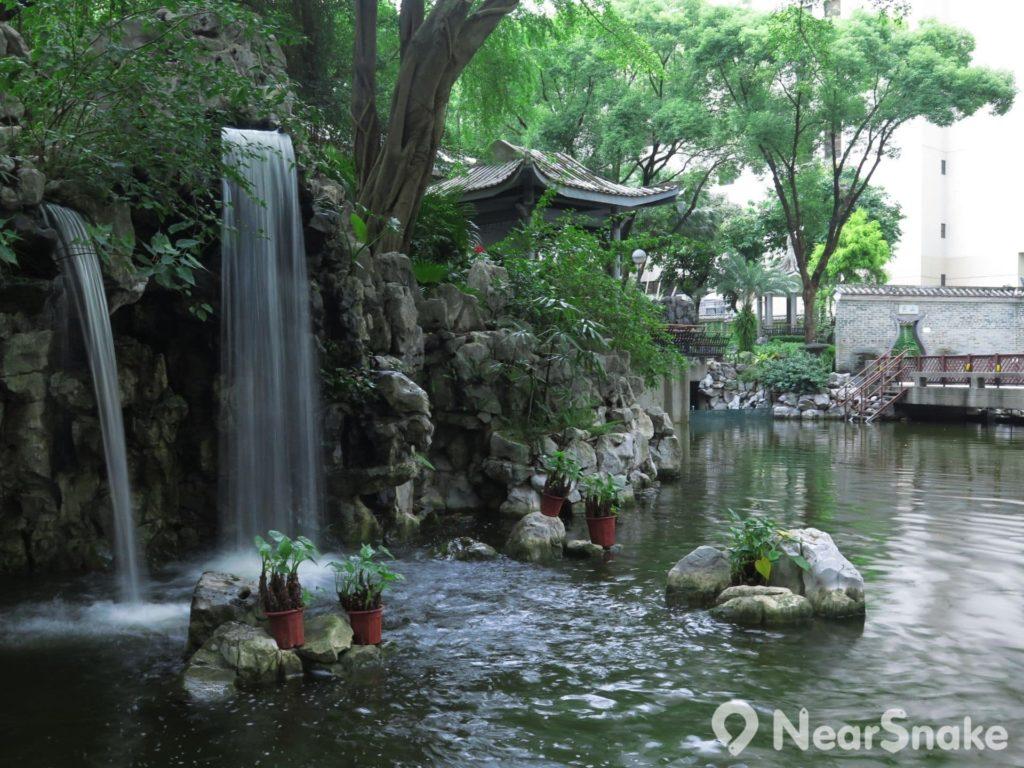 賽馬會德華公園內中央處的小溪瀑,絕對是遊人的拍照熱點。