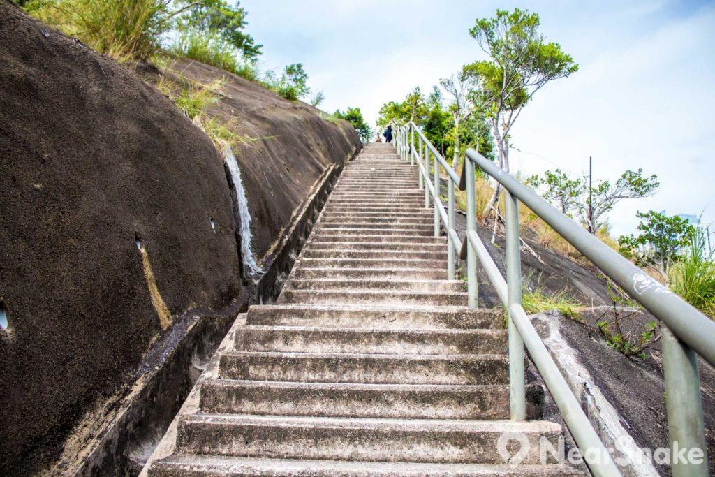 走約 400 多級石級便到山頂,大概等於走 30 多層樓梯吧。