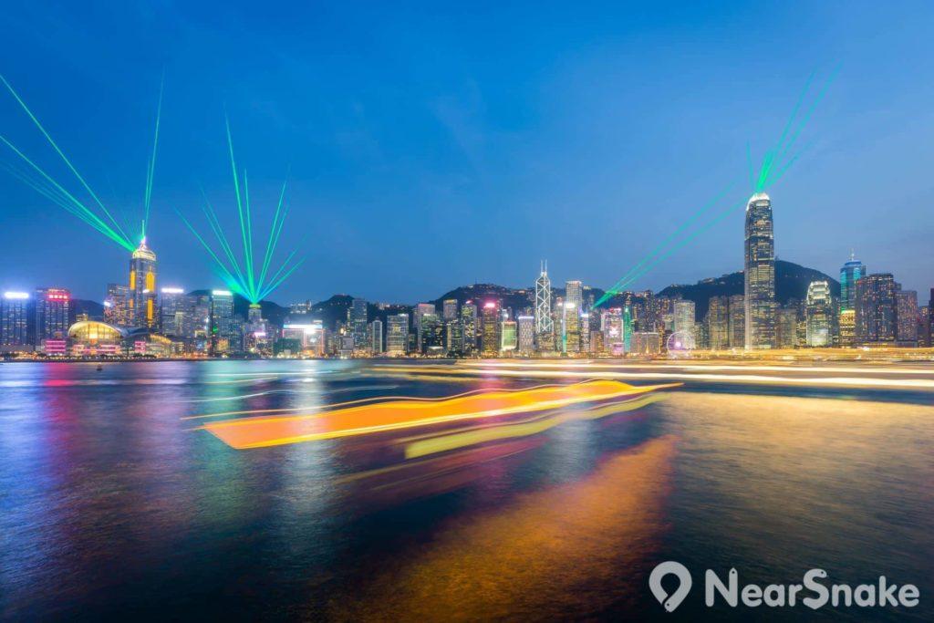 幻彩詠香江的雷射光束投射於海面,為維港蘸上幾筆絢麗色彩。