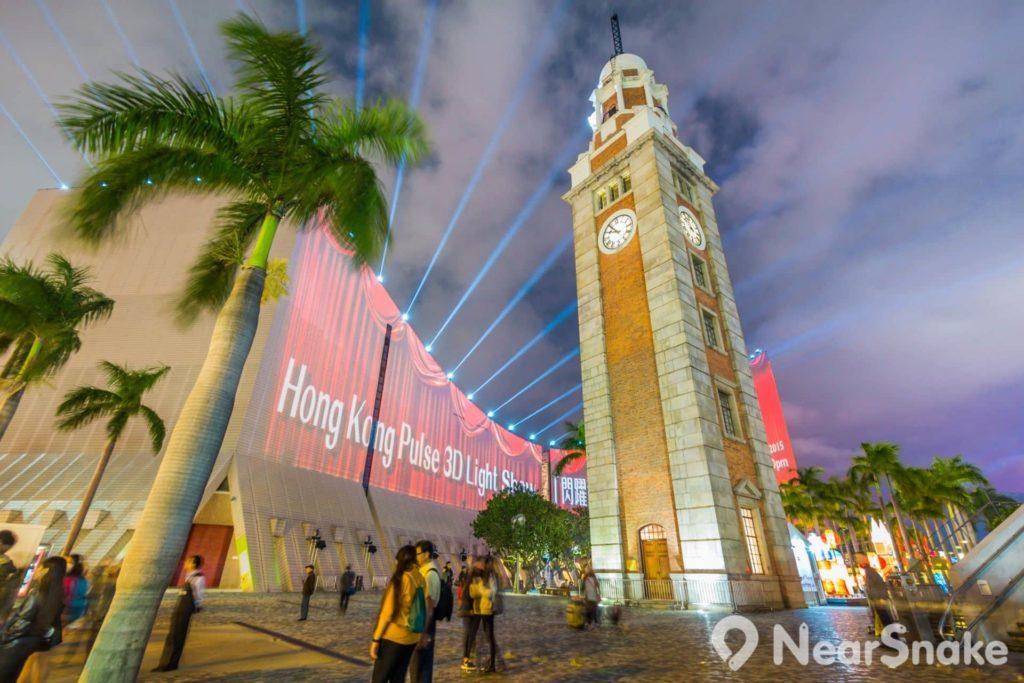 香港文化中心也是參與幻彩詠香江的建築物之一,表演期間建築物外部會亮起泛光燈和探射燈。