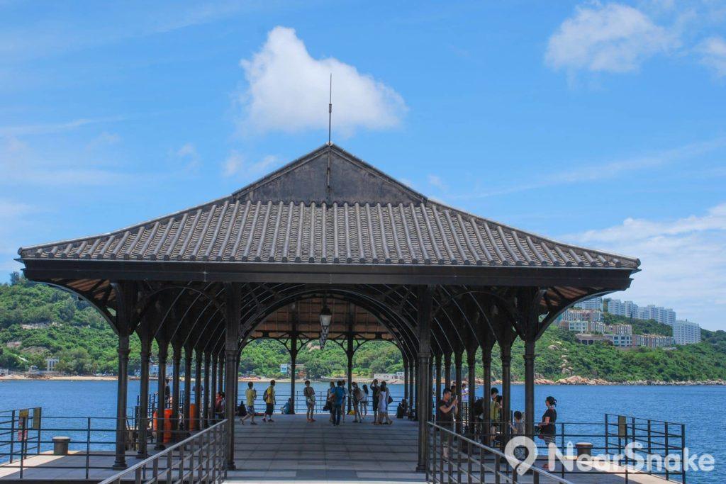 卜公碼頭鋼頂上蓋經過多次清拆,最終落戶在赤柱海旁。