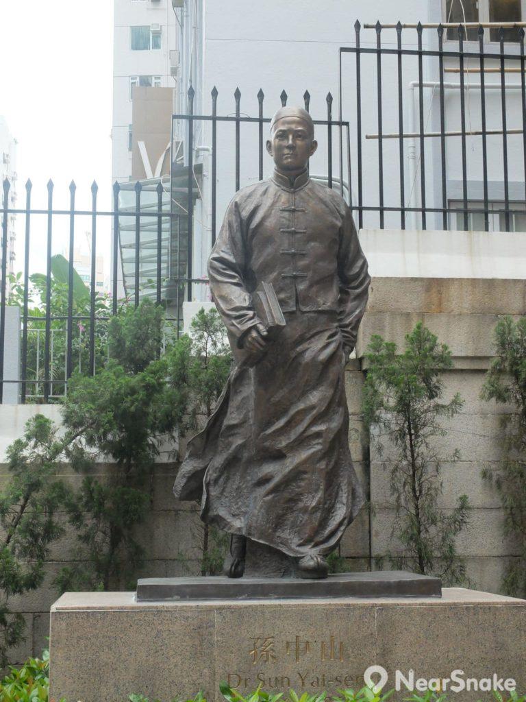 孫中山紀念館前的小花園豎立有青年時期的孫中山銅像,該是他在香港求學時的模樣。