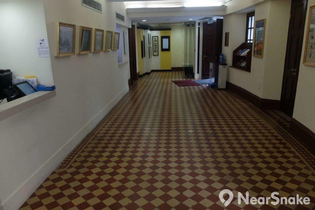 孫中山紀念館接待處保留了舊建築的花磚地板。遊客們記得向接待員租借「語音導航器」呀!
