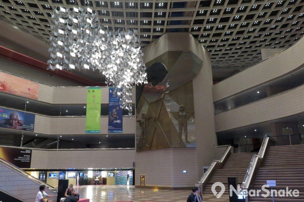 香港文化中心大堂面積寬敞,大劇院由樓座到堂座更是橫跨多層,每當有大型演藝節目在此公演時,將大堂便會變得門庭若市。
