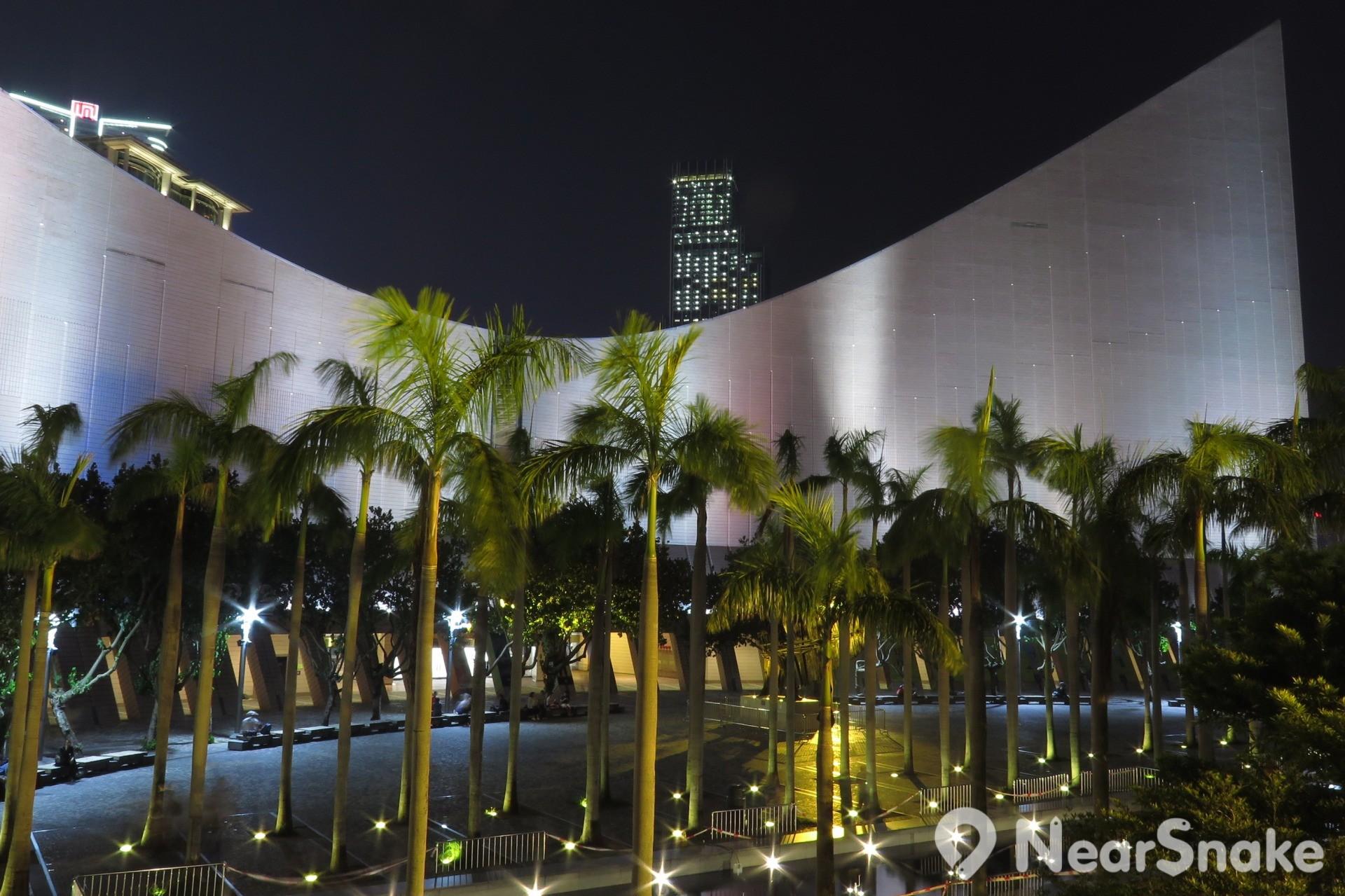 如要一睹文化中心最美景色,建議晚上來訪,於海濱長廊上近距離欣賞,夜景最是難忘醉人。