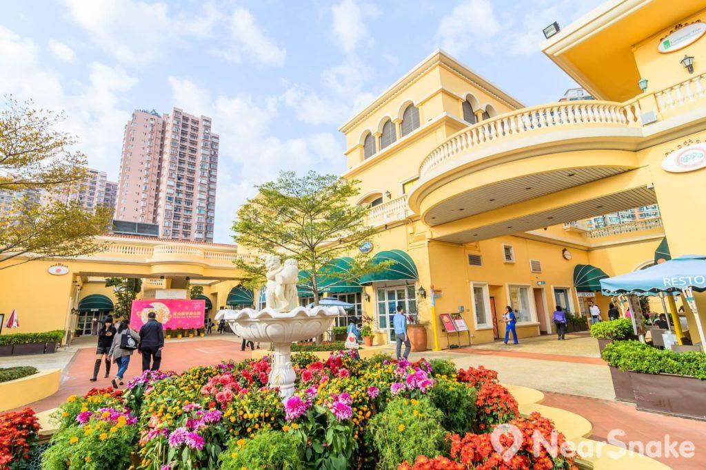 香港黃金海岸商場的建築設計充滿地中海風情。