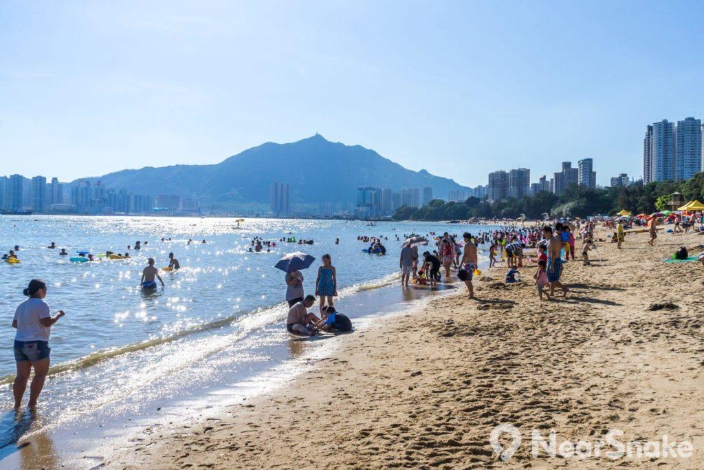香港黃金海岸的黃金泳灘乃香港首個、亦是唯一一個人工沙灘,由 74,000 立方米沙粒鋪成。