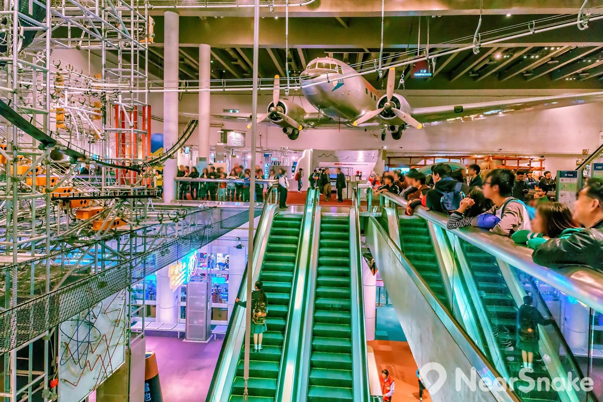 能量穿梭機裝設於香港科學館展覽廳的正中央位置,乃貫穿四層展覽場地的巨型展品。