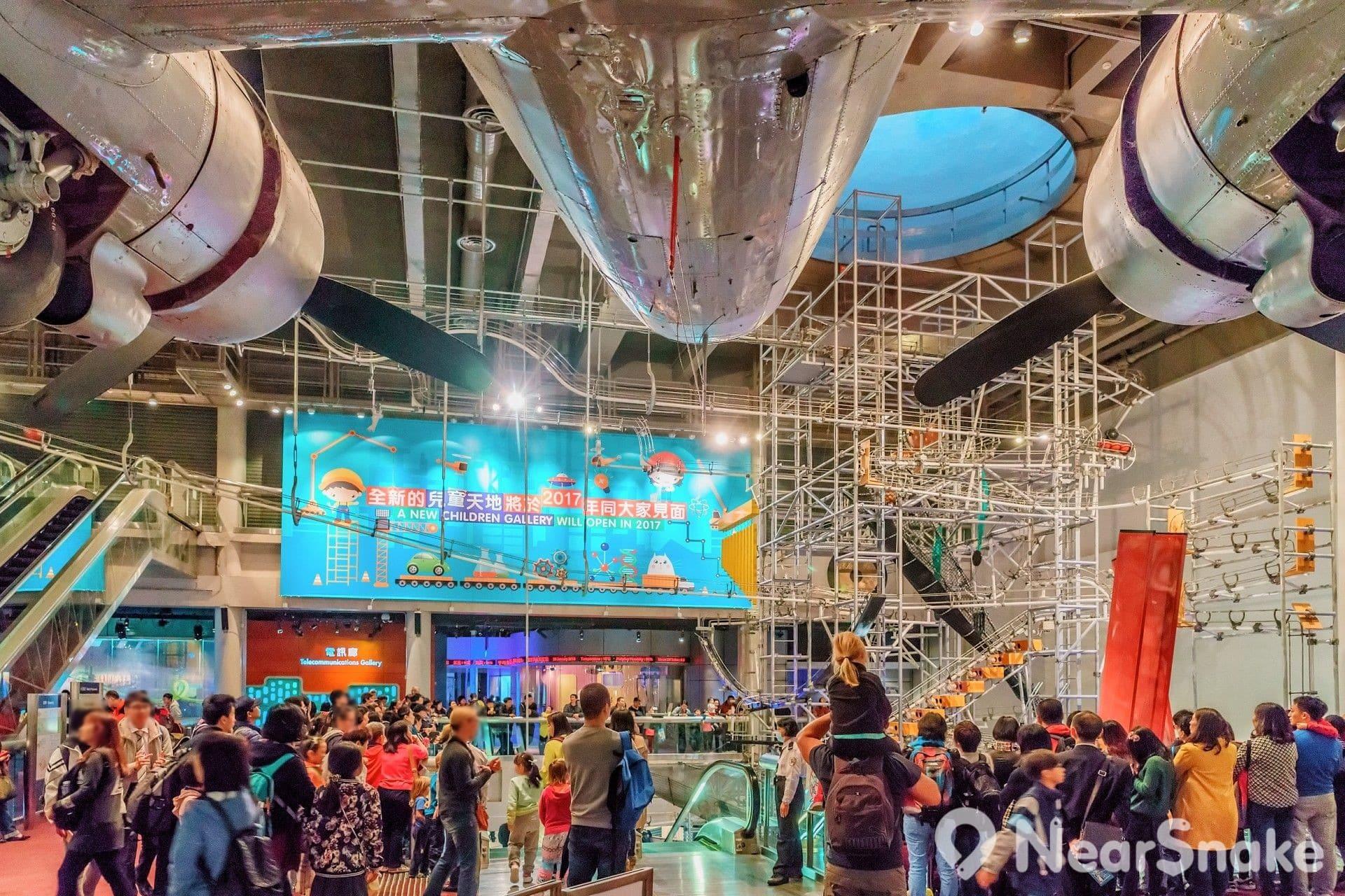 高度達 22 米、接近四層樓高的「能量穿梭機」,每當運作時定必惹來途人圍觀,看著球轉來轉去,連成年人也看得津津有味!