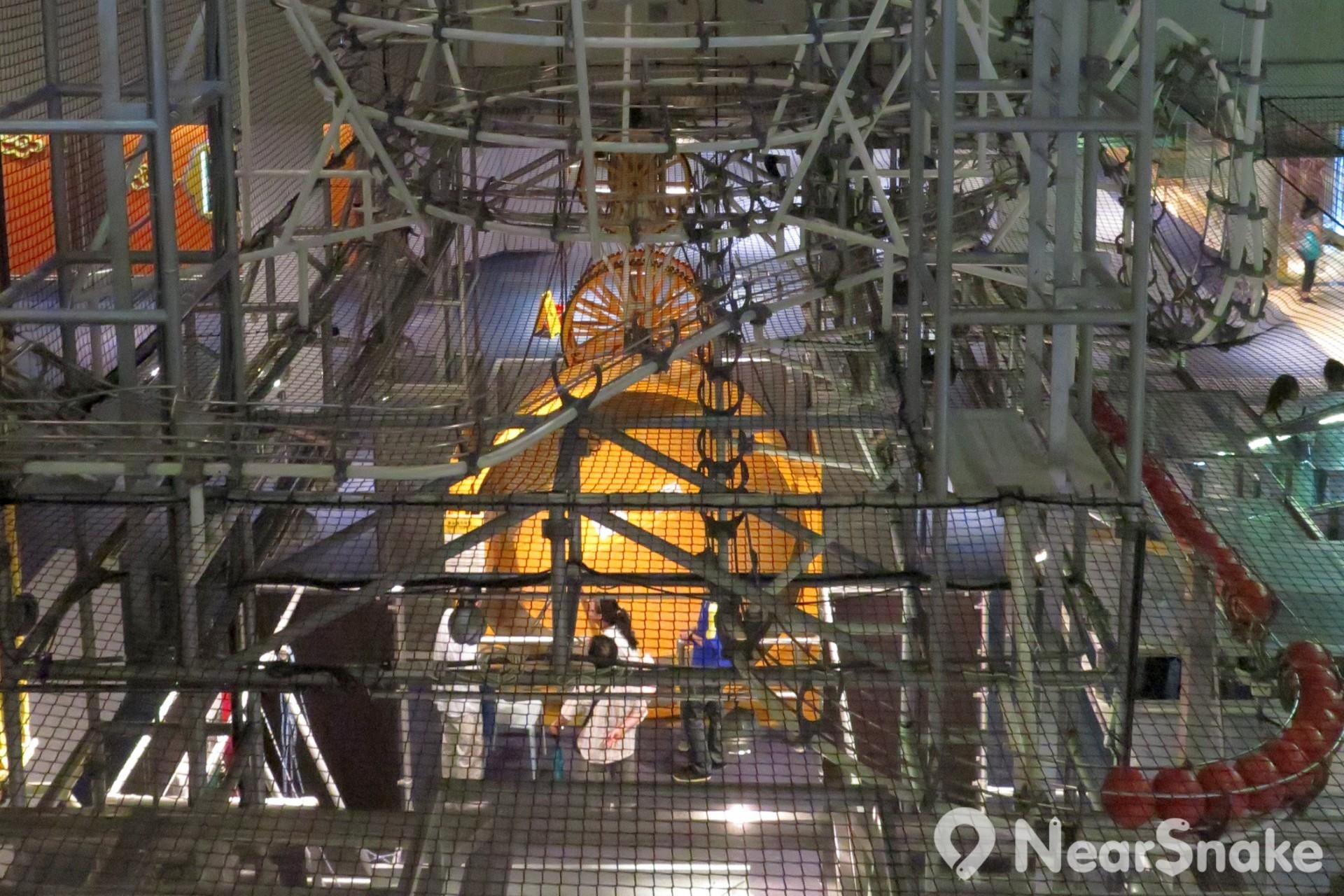 能量穿梭機內的圓球直徑約為19厘米,重量達2.3公斤,採用合成纖維製成。