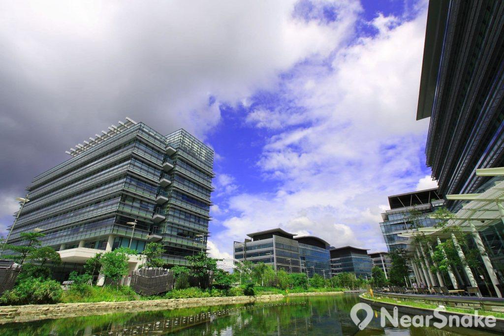 香港科學園採用大學校園式的低密度設計,在辦公室大樓之間設有庭園河畔。