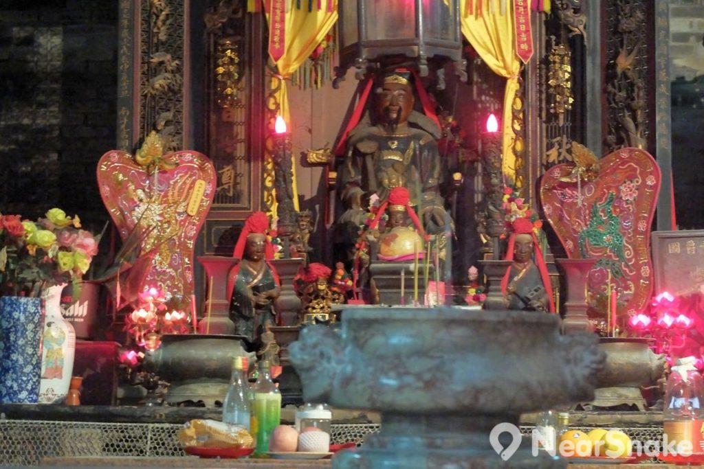 供奉的魯班先師像,乃身穿官袍,沿於魯班曾在明朝被追封為北城侯。魯班像前還有其兩名徒弟的雕像,分別手執「墨斗」和「魯班尺」。
