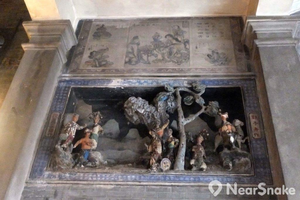 魯班先師廟內兩邊均有多組陶塑浮雕及壁畫,都是中國傳統故事,可惜歲月催殘下,陶塑都已剝落,壁畫只能僅見大概。