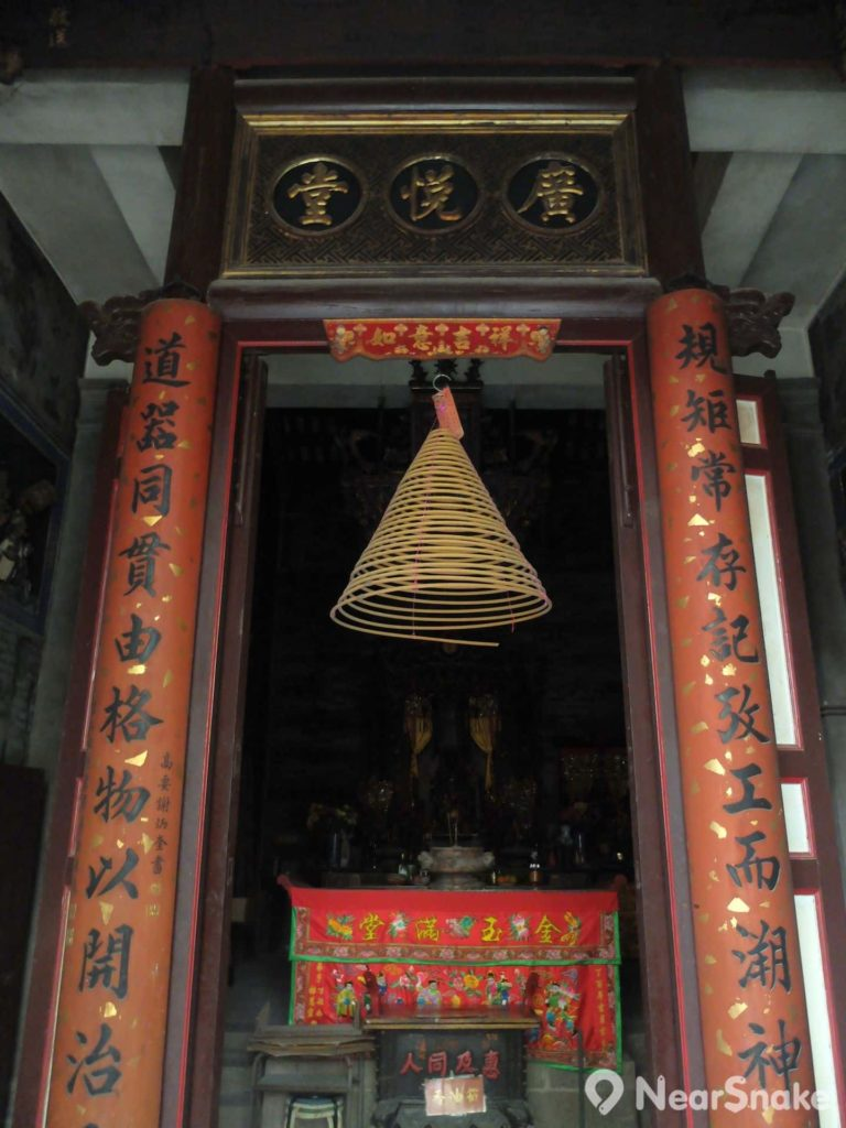 廟內最重要的題字,當然是正門的這塊「廣悅堂」橫額兩旁一對對聯:「規矩常存,絕巧工而溯神聖;道器同貫,由格物以闡治平」,點出魯班先師的處世態度為「規矩準繩」。