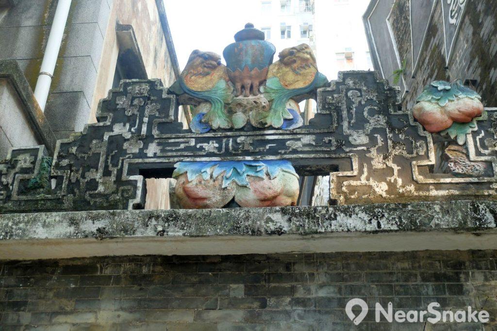 來到魯班先師廟外,門牆上也是有各種故事浮雕,不妨多尋找一下。