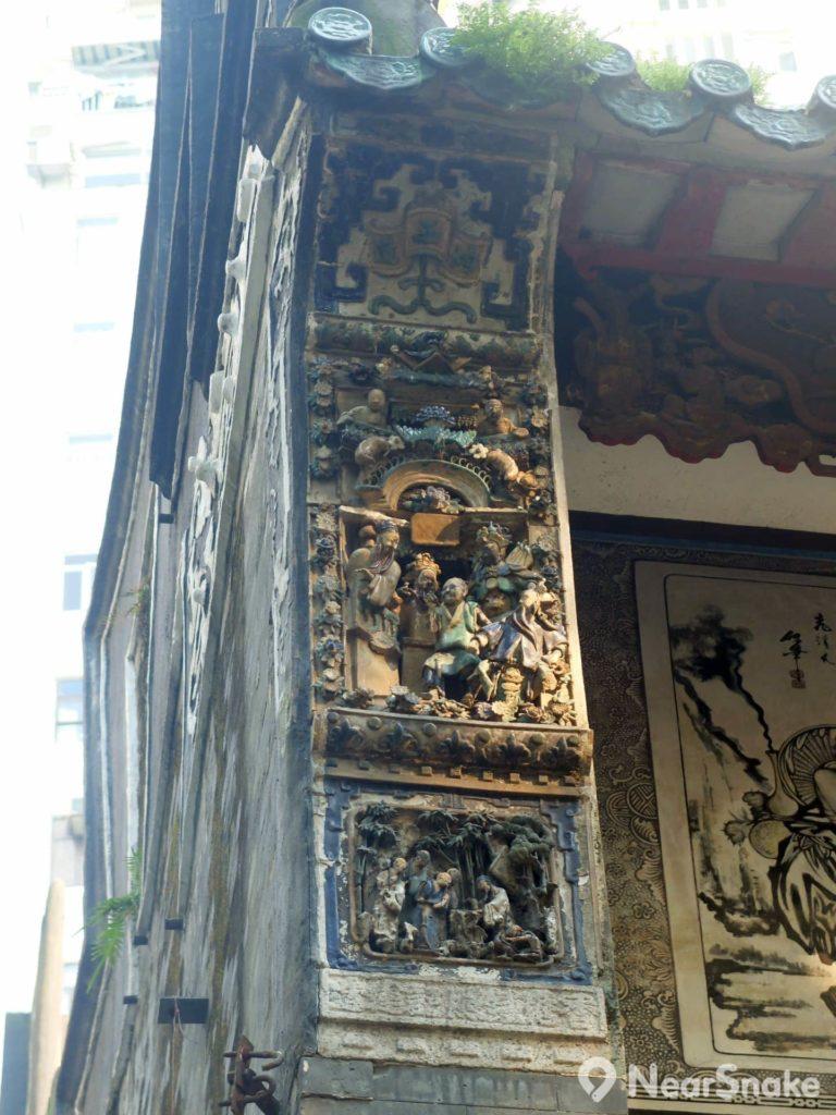 魯班先師廟正門兩邊的柱頂的浮雕,剝落可是更為嚴重,可惜懂修復的工匠現已近乎沒有了。