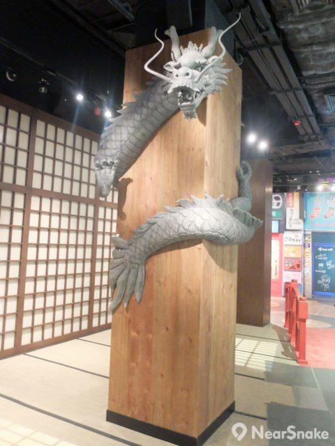 木柱上的龍,實是「功夫專區」比起各武打巨星更為亮眼的蠟像。