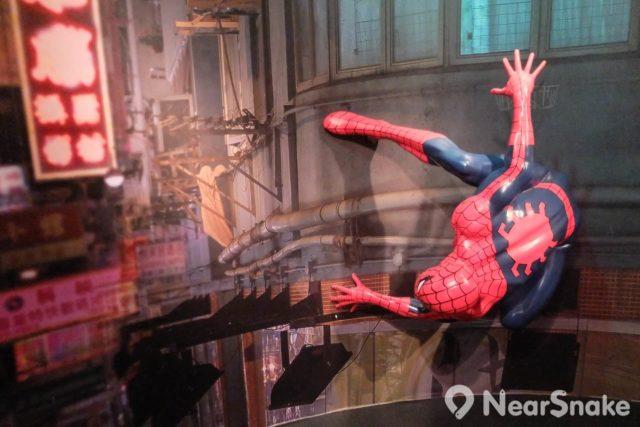 純綷觀賞蠟像?不!必然悶煞小朋友,所以蠟像館內特別設有「動漫遊戲世界」,讓小朋友可與動漫人物玩玩,「打頭陣」是蜘蛛俠(蜘蛛人,Spider-Man)。