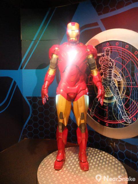鐵甲奇俠(鋼鐵人)蠟像的雙目和胸口亮起強光,幾可亂真。