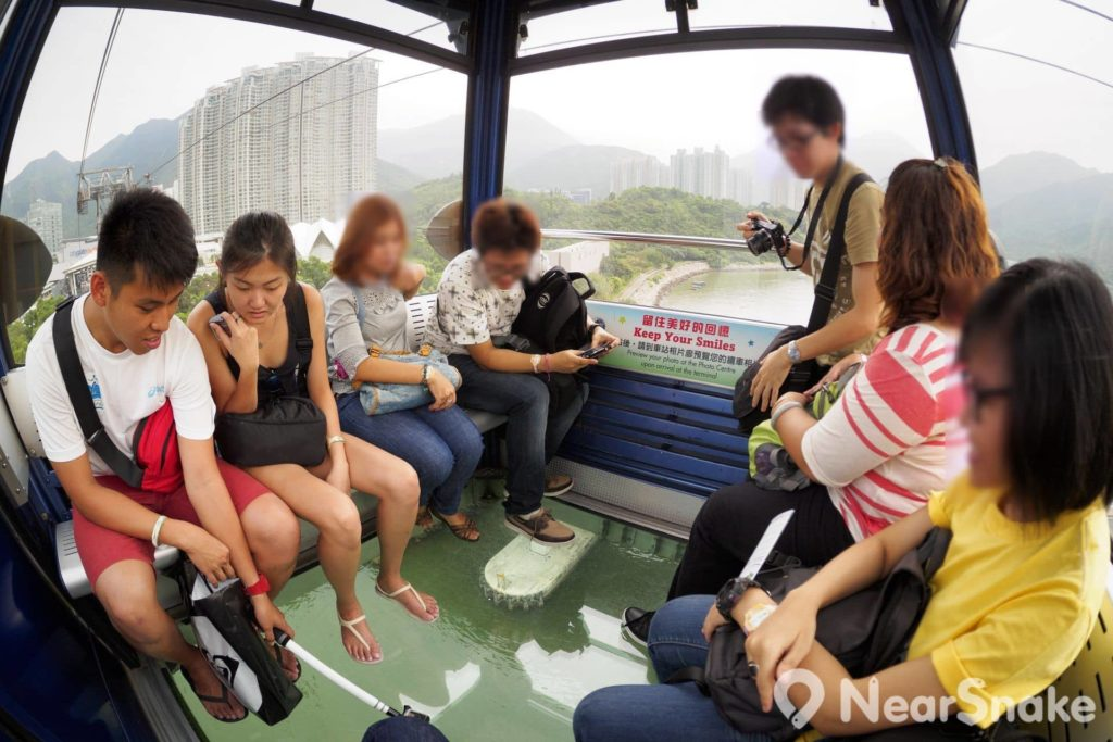 昂坪纜車水晶車廂具有透明車底設計,可讓遊客直視腳下的碧綠大海或山脈,享受震撼性的視覺效果。大家敢乘搭嗎?