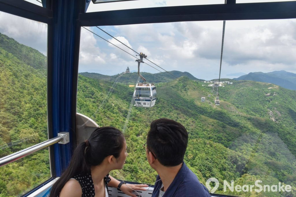 遊客乘坐昂坪纜車時,不但可俯覽大嶼山的山脈風光,還可遠眺天壇大佛。
