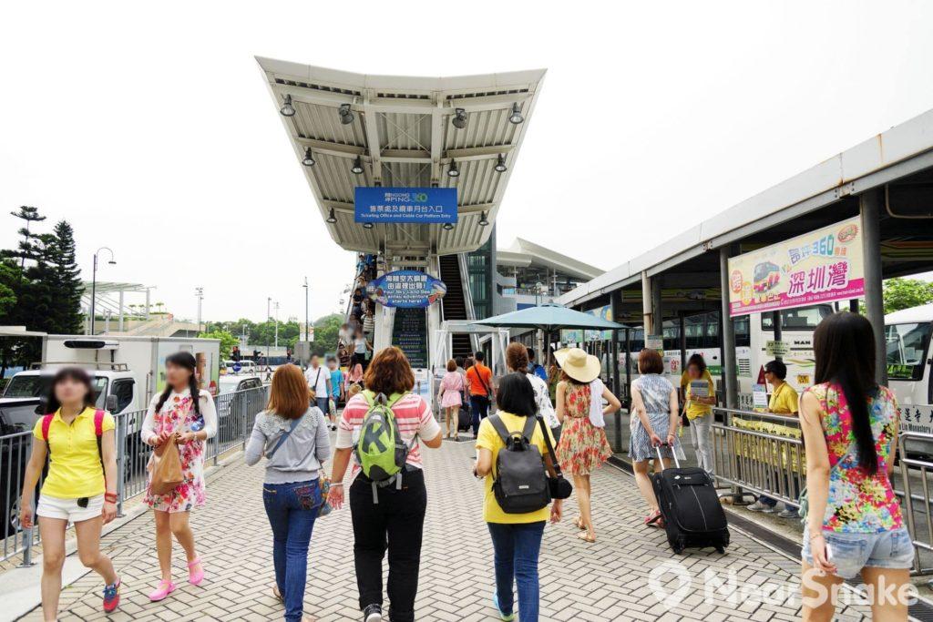大家只要乘坐港鐵至東涌站,再步行約 5 分鐘,即可抵達昂坪纜車東涌站。