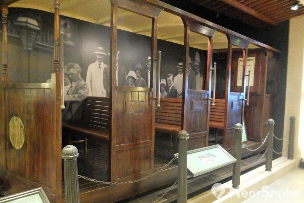 山頂纜車 : 除燃煤蒸氣動力系統外,還有木造纜車車廂展出。