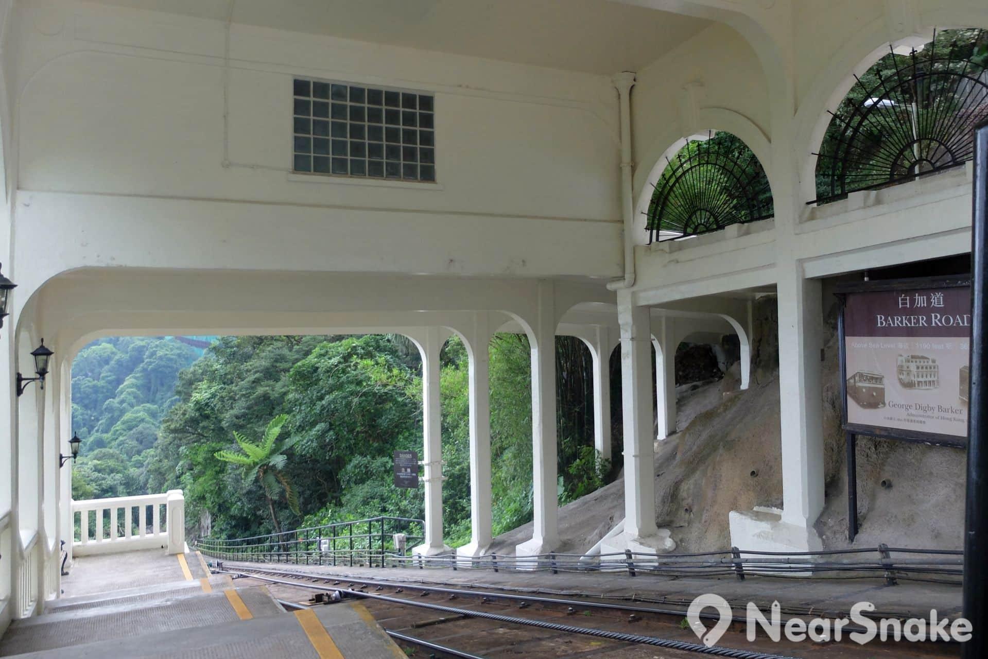 途經的幾個站均保留昔日建築風格,白加士道站更是港產片熱門景點,《金雞》阿金便在此遇上自己親孫。白加士道站亦是拍攝纜車較佳地點。