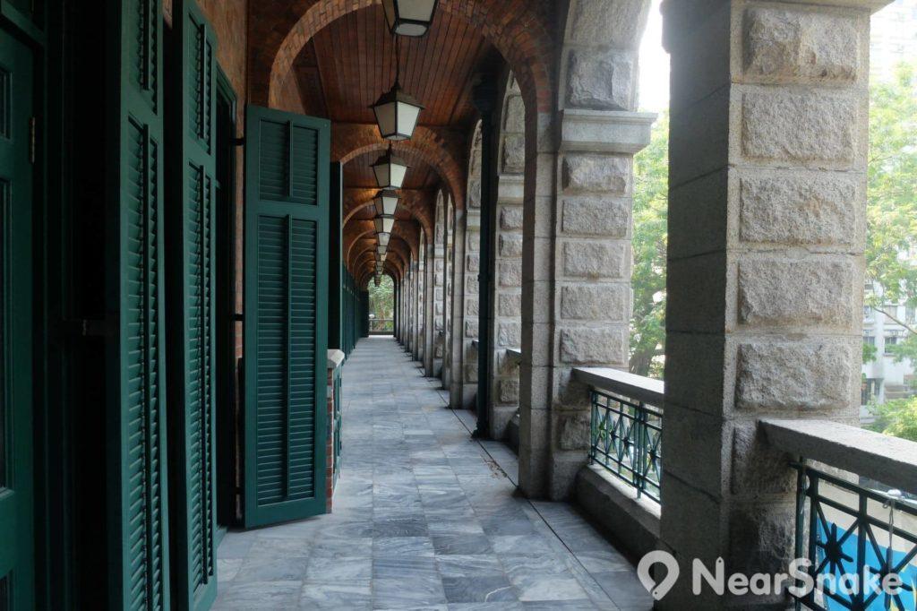 高街鬼屋僅餘的遊廊,還可看到雲石地皮、紅磚天花、花崗石柱、木門,惟現時都是禁止進入,遊人只可從旁觀看。