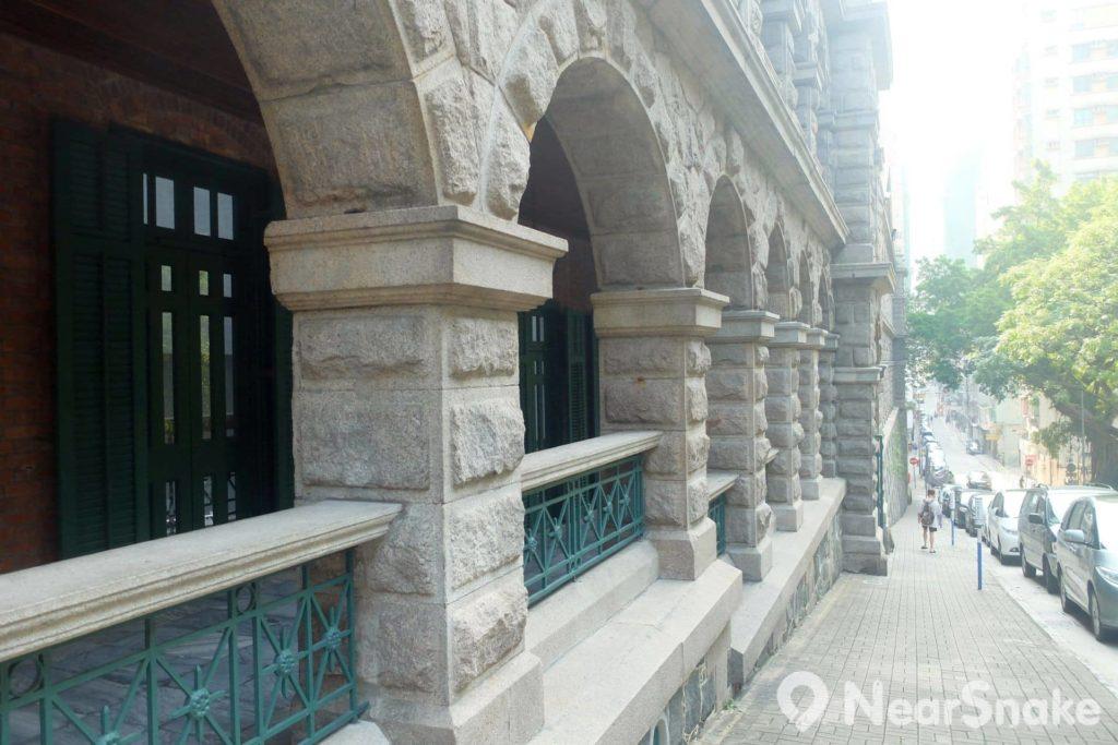 站在高街較高地段近看,可見建築物被保留下來的正立面之粗琢花崗石紋理。