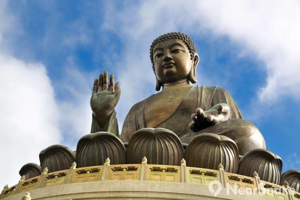 天壇大佛雙耳垂肩,右手示「施無畏印」,顯示佛陀救拔眾生的心願;胸前「卍」字,代表佛陀萬德莊嚴;雙掌中心所現法輪,代表佛法長存,流轉十方。