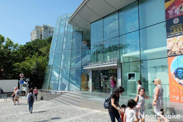 凌霄閣下層全採玻璃幕牆設計,內設多間餐廳,雖然取價偏貴,但有維港絕美海景伴吃,也算是挺值得的!