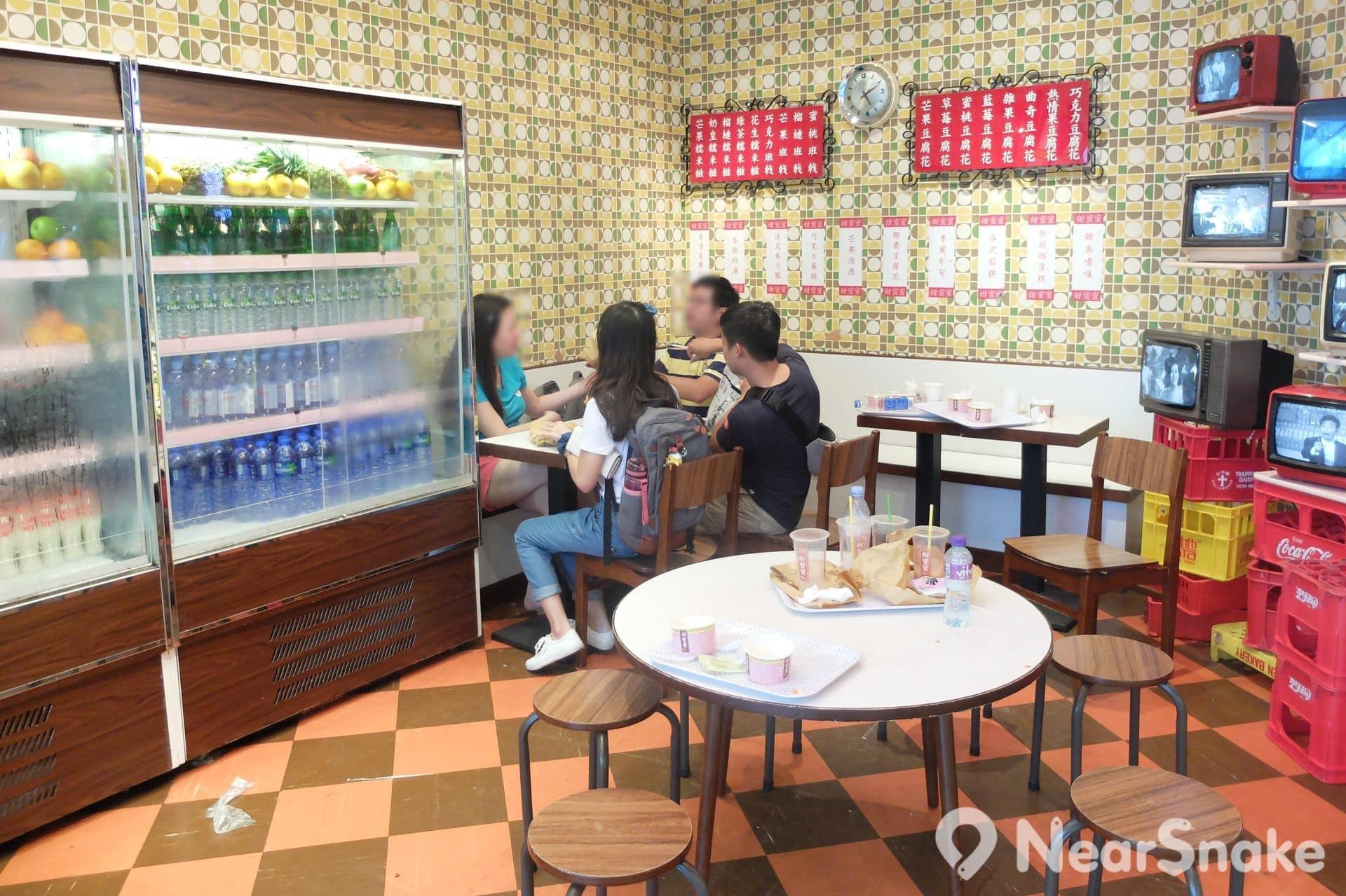 凌霄閣入口處是一間港式茶餐廳「甜蜜蜜」,內裡擺設以 60、 70 年代的冰室設計,甚具懷舊味道。