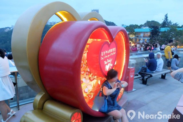 凌霄閣摩天台 428 設有一個心形擺設,供人向愛侶發布愛的宣言。