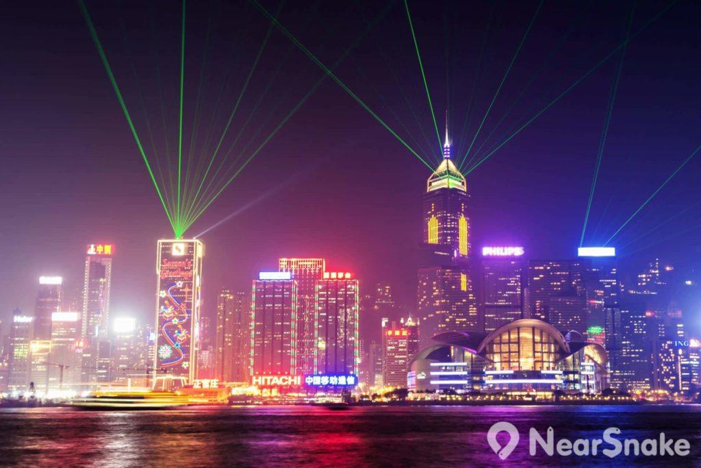每晚維多利亞港兩岸逾 40 座高樓大廈和地標建築,均會聯合進行一場結合探射燈、雷射、LED燈等燈光效果的音樂匯演「幻彩詠香江」。