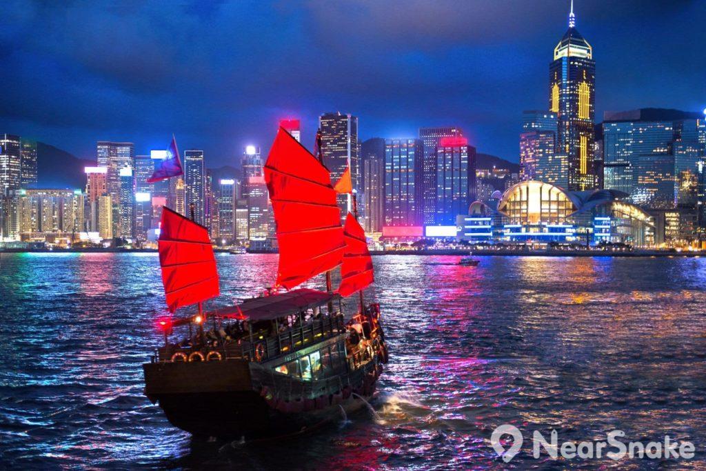 暢遊維港的最特別方式,便是乘坐中式帆船「鴨靈號」,既可體驗昔日香港的漁村風情,又可觀賞維港兩岸的都市景致。