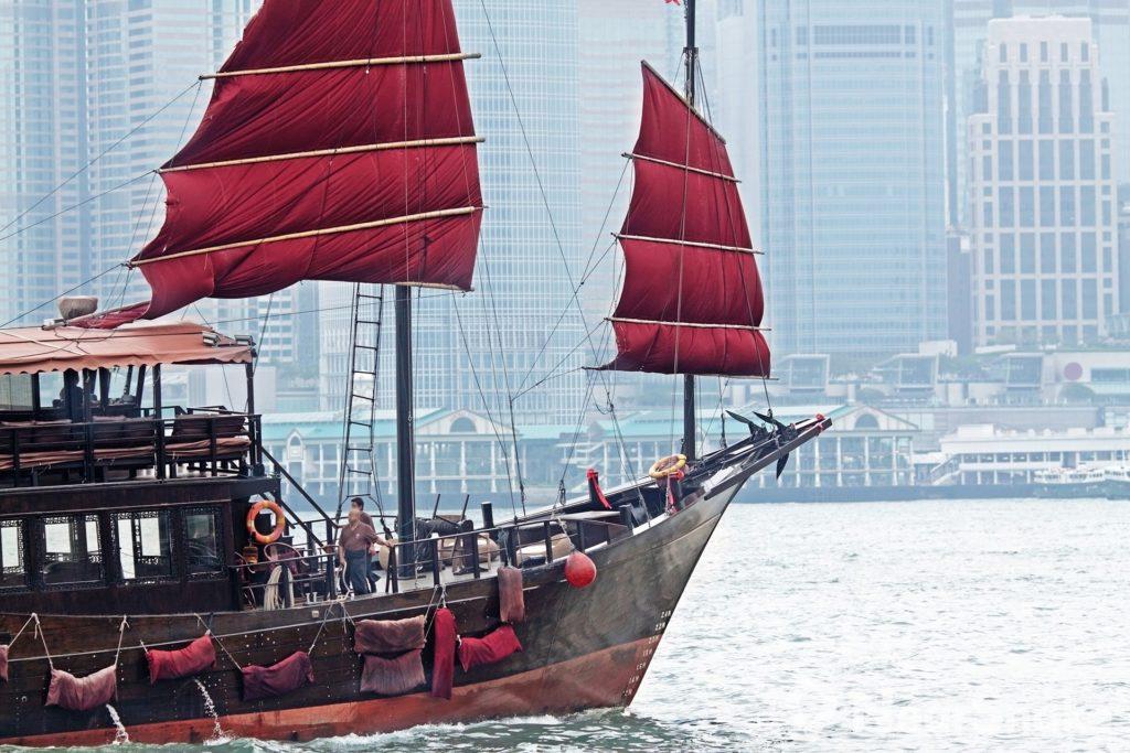 船主特意到珠海找來老造船師操刀,鏟去船身及帆布上的蠔殼、依照原貌盡可能修復木材及更換引擎,花費約一千萬元唯望將一份本土集體回憶延續下去。