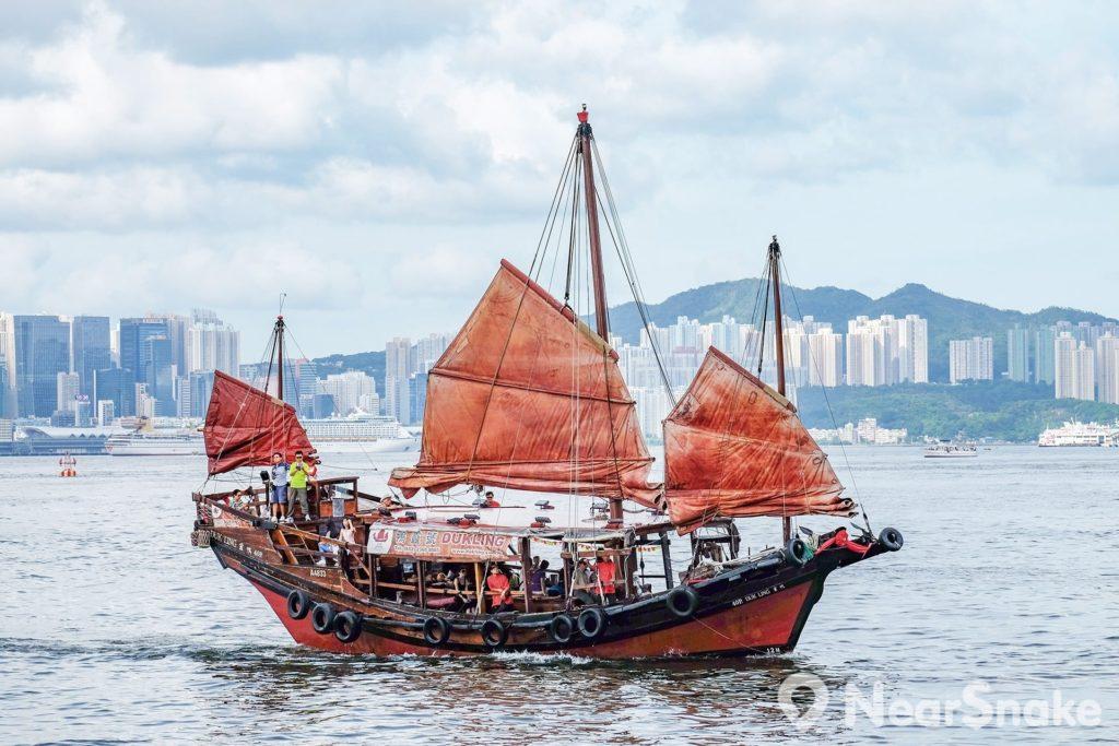 鴨靈號維港遊(Dukling Harbour Cruise)帶遊客出走一趟小漁港大都會微穿越之旅,船上的復古風情與大都會的時尚氣息,形成強烈對比。
