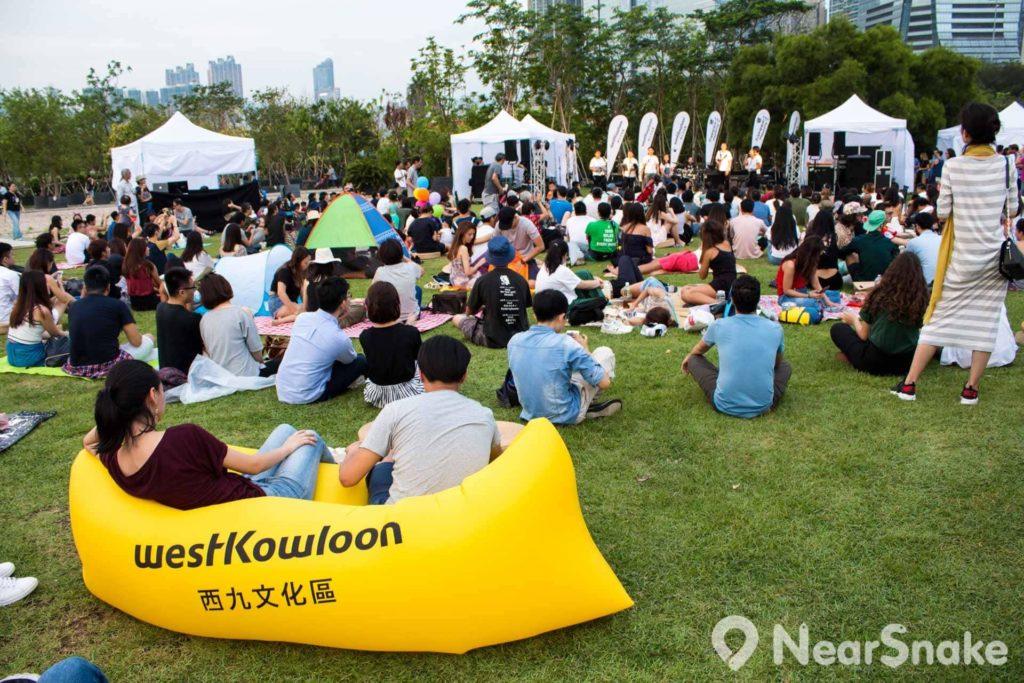 觀眾可坐在草地上或是大會提供的吹氣梳化,各適其適。